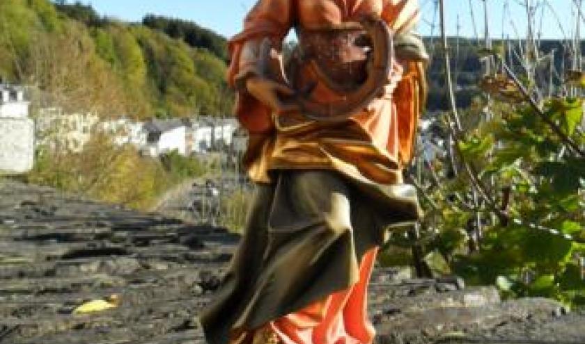 Sinte Catrine avou s'rouwe (statuette en bois, baroque, du Sud-Tyrol; prise sur un muret au Bois des Moines).