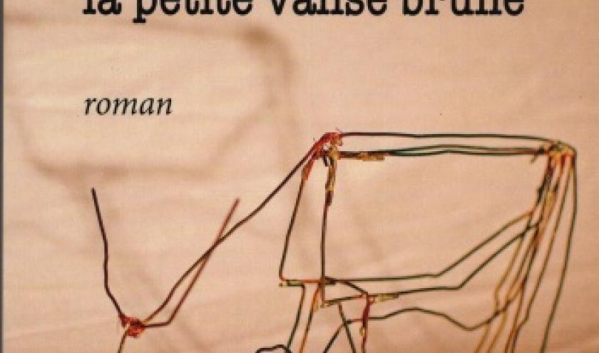 SOUS LE RIDEAU, LA PETITE VALISE BRUNE  de Françoise Thiry