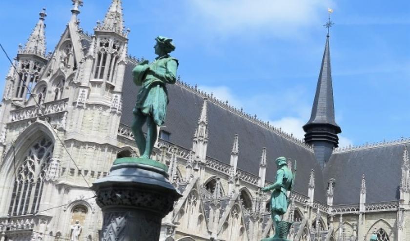 Face a l'eglise Notre-Dame du Sablon (c) Laszlo Arany