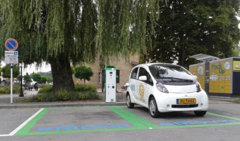 Voiture electrique en train de charger sa batterie sur une borne developpee et installee par Estonteco au nord du Luxembourg