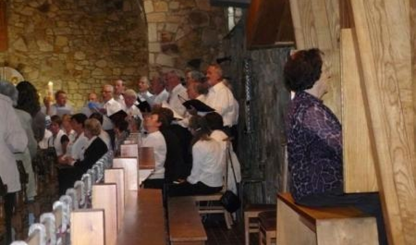 Lucy a l'orgue et ses choristes