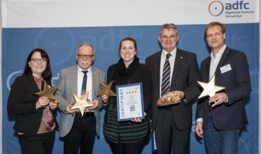 La Ministre du Tourisme Isabelle Weykmans (au centre) a la ceremonie de remise des prix de l'ADFC a Berlin ( Photo © Dirk Michael Deckbar )