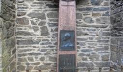 """En apposition au mur de Ste-Catherine, la """" pierre"""" de Jules Raeymaekers"""